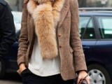 15 Fall Outfit Ideas With Faux Fur Stoles10