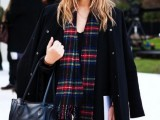 15 Stylish And Excellent Ways To Wear a Plaid Scarf7