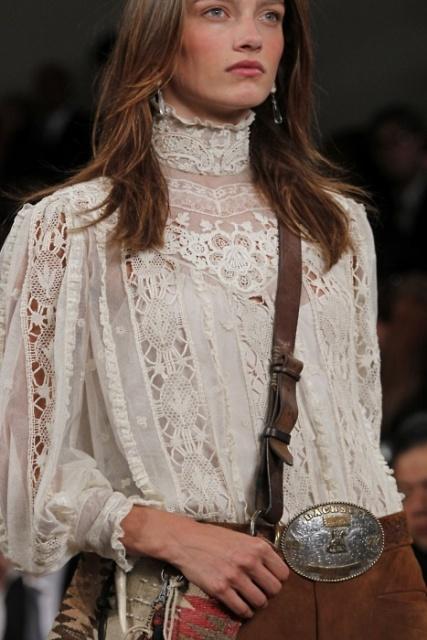 Блузка с высоким воротником