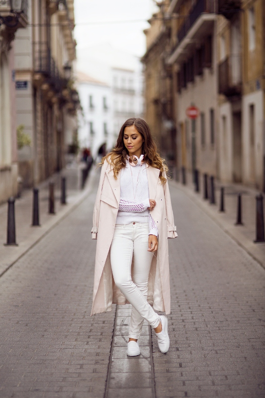 Picture Of pretty ways to transition your white jeans for fall  17