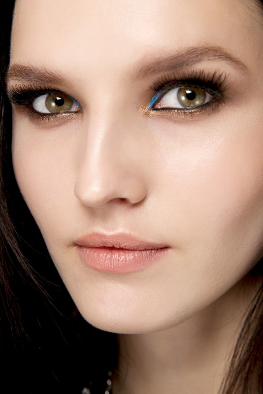 Picture Of gorgeous shimmery holiday makeup looks to recreate  18