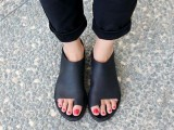 20 Trendy Flat Black Sandals For This Summer7