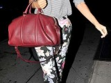 a grey top, floral cropped pants, blush shoes and a fuchsia bag for a bold and bright spring work look