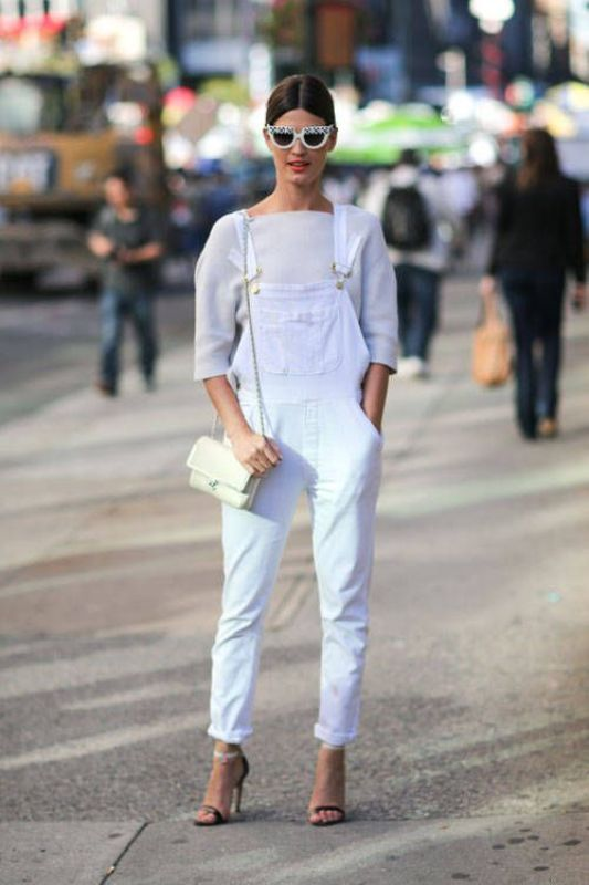 a total white look with a top, a denim dungaree, shoes and a crossbody to wear this spring