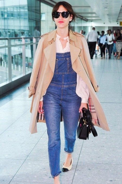 a white shirt, a blue denim dungaree, two-tone shoes, a classic short trench and a black bag