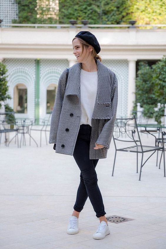 a casual outfit with an oversized white sweater, black skinnies, white sneakers, a gingham coat and a beret