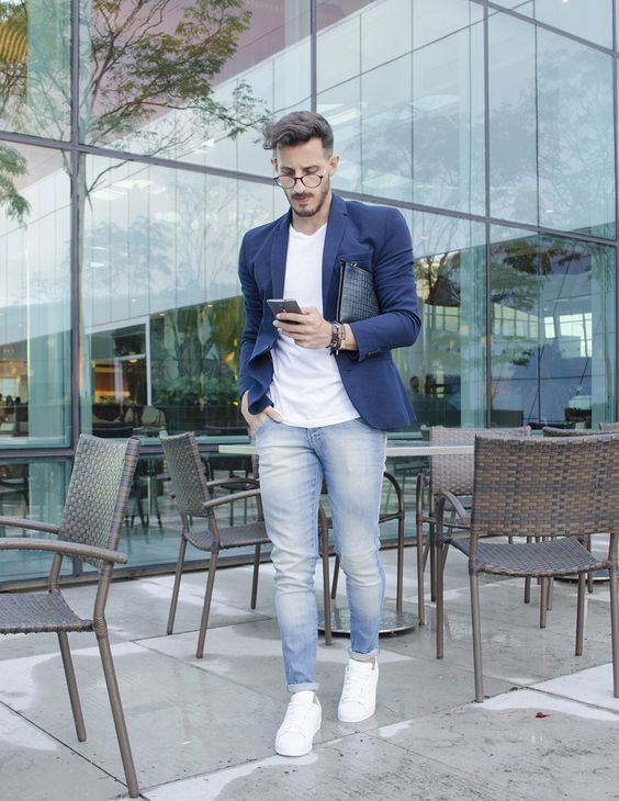 a summer work look with a white tee, blue jeans, a navy jacket, white sneakers and a bag