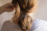 5-minute-diy-low-pony-hairdo-for-the-upcoming-holidays-4