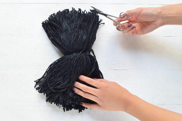 Как сделать кисточки на шарф: создаём броский и крупный акцент своими руками
