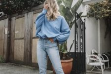 an oversized blue sweatshirt, blue cropped jeans, white trainers for an everyday spring look