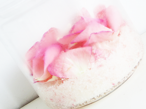 sugar body scrub with rose petals (via styleoholic)