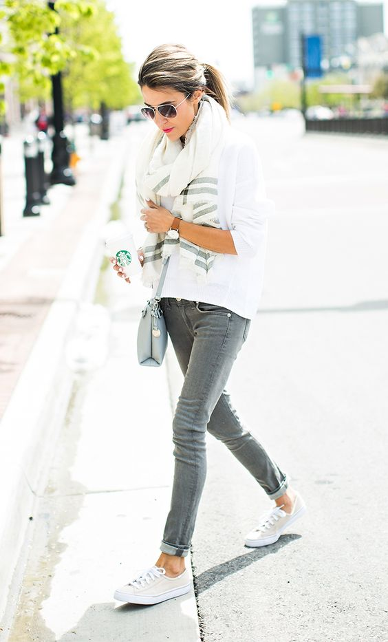 a simple look with an oversized white sweatshirt, grey skinnies, a printed scarf, white sneakers and a grey crossbody