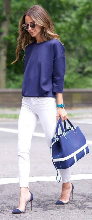 a navy oversized sweatshirt with white skinnies, navy heels and a navy bag is a classic monochromatic look