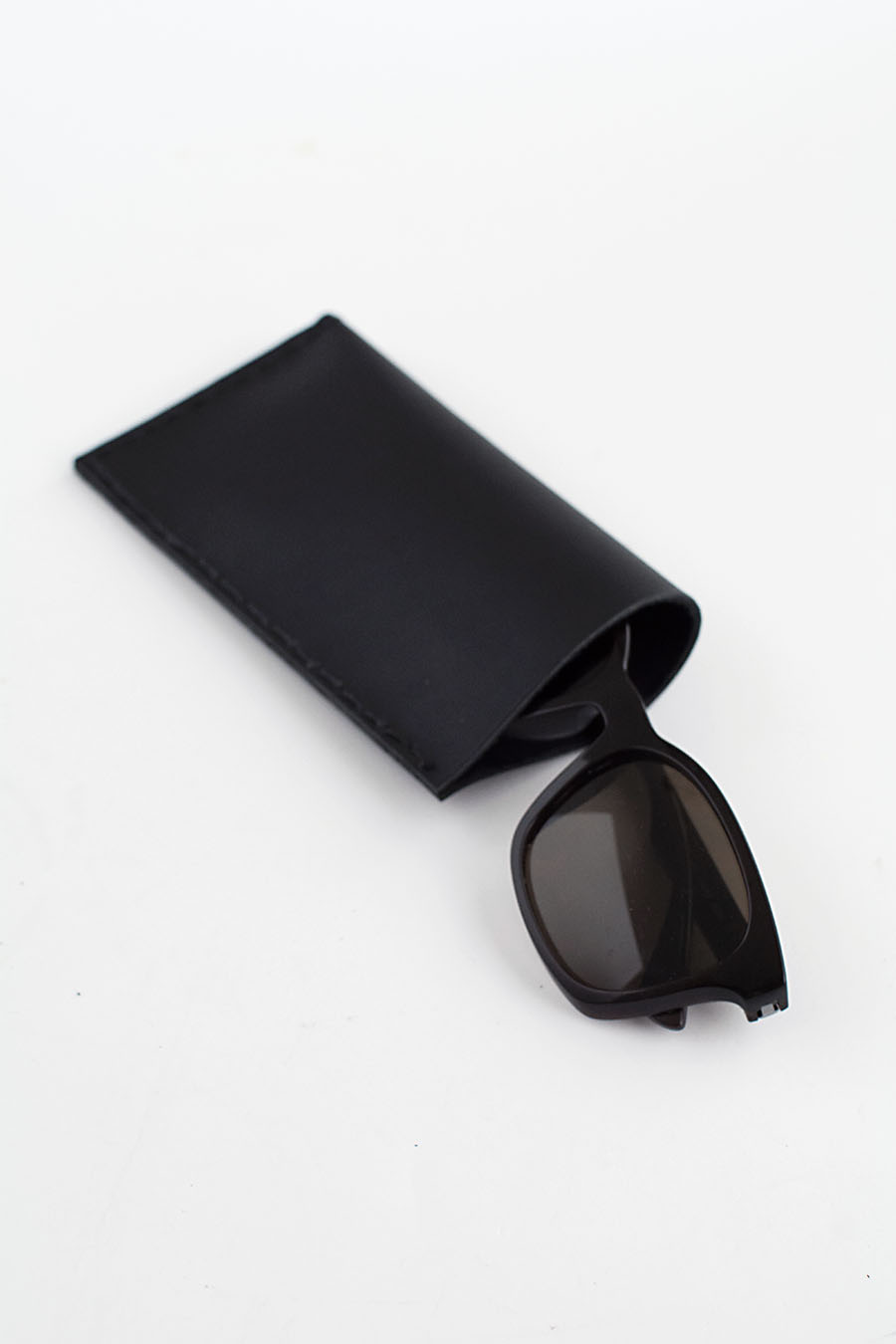 Picture Of minimalist diy leather sunglasses pouch  1