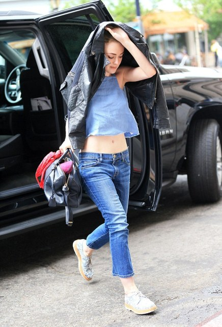 Look with low slung jeans and loose crop top