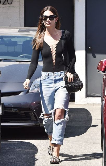 Low slung jeans are combined with flats and sexy shirt.