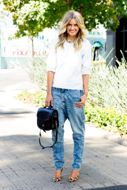 Office look with white blouse and low-slung jeans