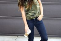 Outfit with baseball cap and cuffed jeans