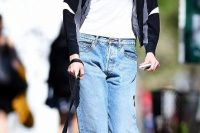 Outfit with cuffed low-slung jeans and sporty jacket