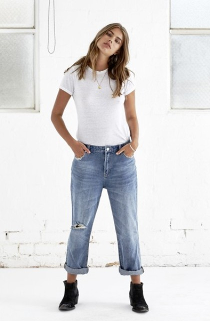 Simple look with calssic white t-shirt and low-slung jeans