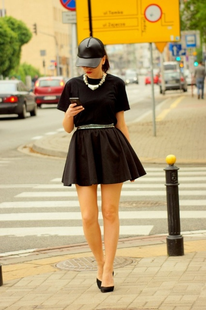 Total black look with baseball cap