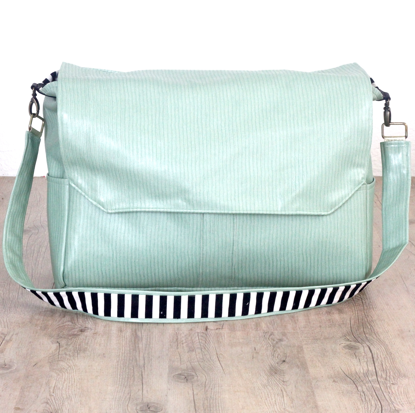 Picture Of stylish and very comfy diy messenger bag  4