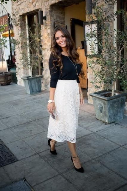 Look with black shirt and midi lace skirt