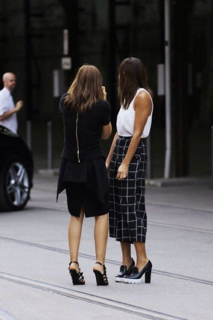 Look with checked midi skirt and heels