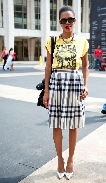 Look with checked skirt and old t-shirt