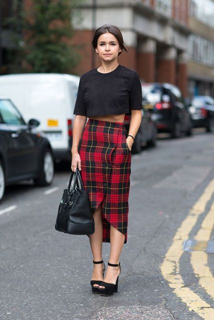 Look with crop top and plaid skirt