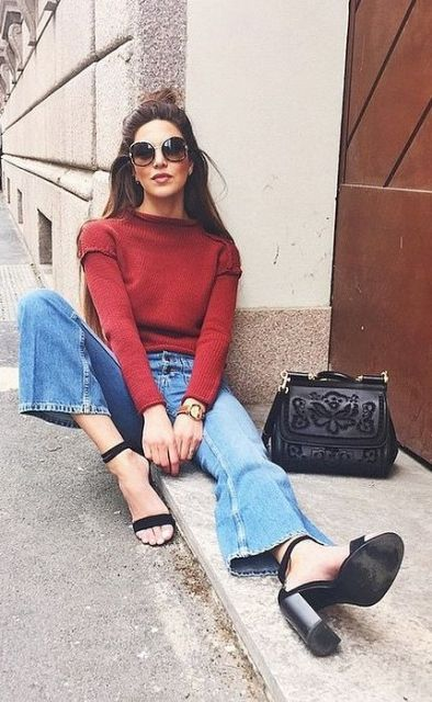 Look with cropped flared jeans and sweatshirt