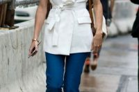 Look with cropped flared jeans, elongated vest and lace up sandals