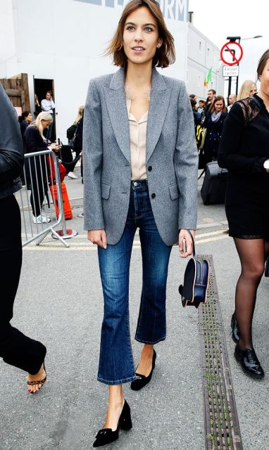 Look with cropped flare jeans, jacket and block heeled shoes