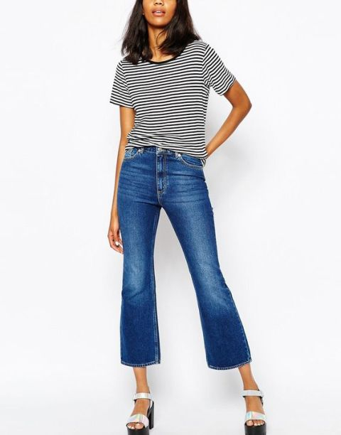 Look with cropped flared jeans, striped shirt and platform sandals