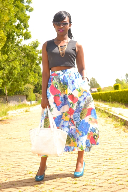 Look with midi fruit print skirt and crop top