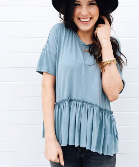 Look with shirt with buttom hem ruffles and hat
