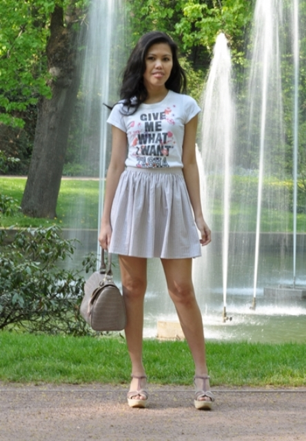 Look with skirt, printed t-shirt and sandals