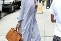 Look with striped maxi shirtdress and leather bag