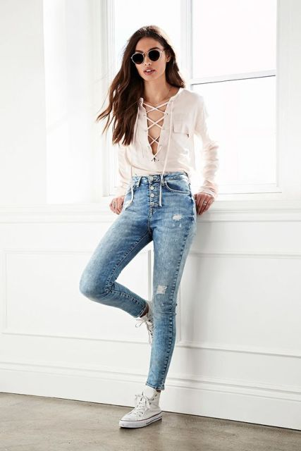 Look with white lace up shirt, jeans and sneakers