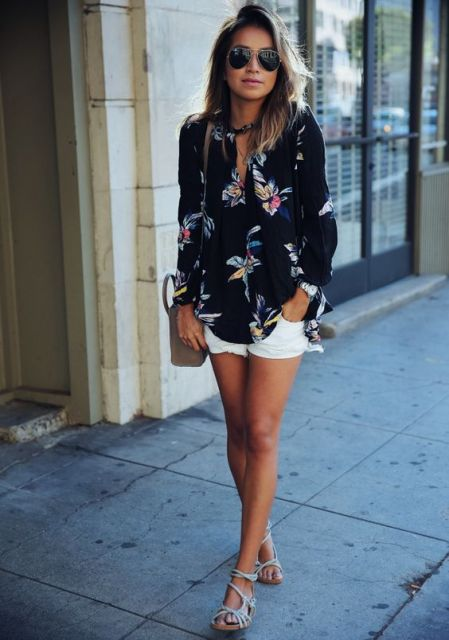 Look with white shorts and floral blouse