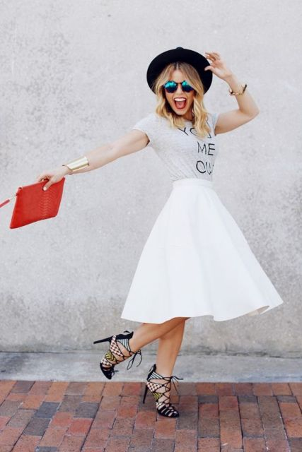 Look with white skirt, t-shirt and lace up heels