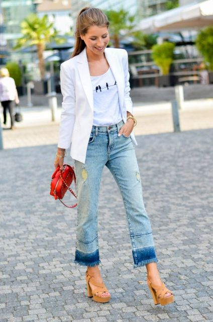Outfit with flare jeans, white elongated jacket and heels