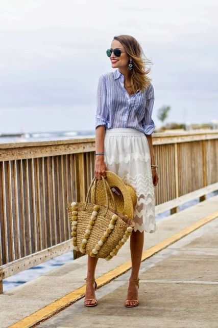 Travel look with white lace skirt