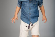 02 a denim shirt, white shorts and beige sneakers