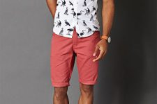 04 coral shorts, a printed shirt and white sneakers