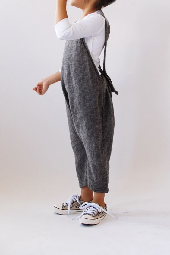 grey dungaree, a white shirt and grey sneakers