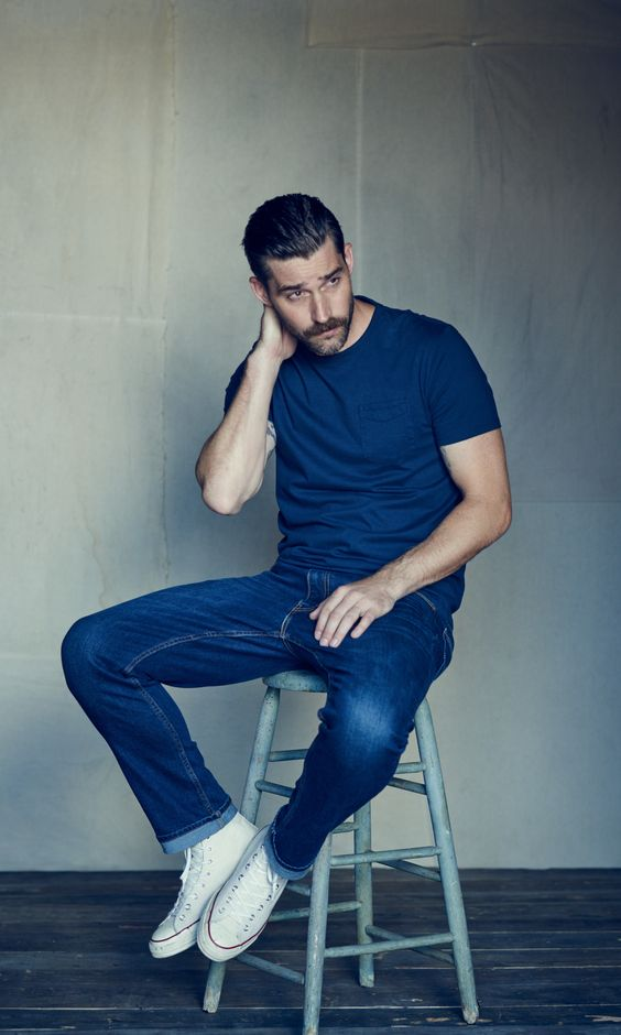 dark jeans, a navy tee and white sneakers