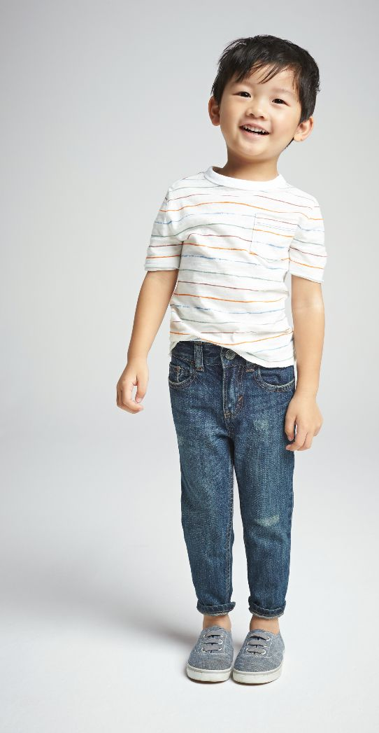 jeans, a striped t-shirt and grey chucks