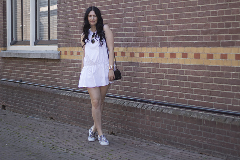 white mini dress wirh printed Vans