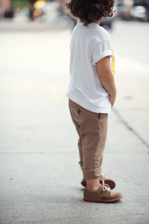 brown pants, a printed tee and brown sneakers
